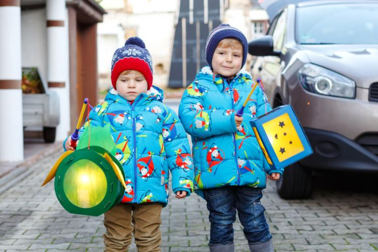Children with self-made lanterns for St. Martin's Day | Photo by Irina Schmidt