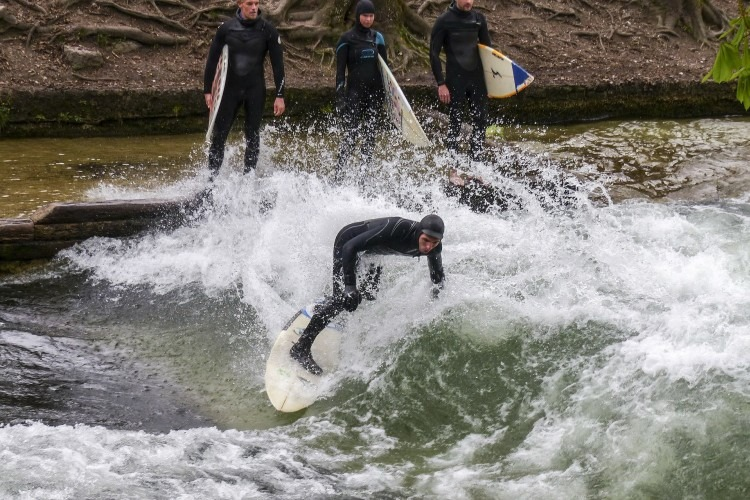 Surfer hitting the Eisbach in Munich | Photo by ArtTower